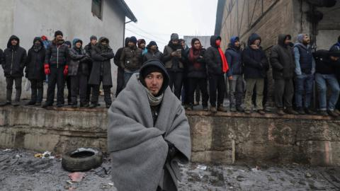 Thousands of refugees stuck in Serbian camps