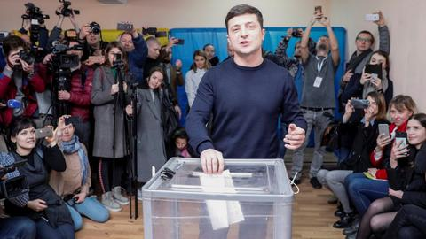 Ukraine comedian Zelenskiy to meet Macron before presidential run-off