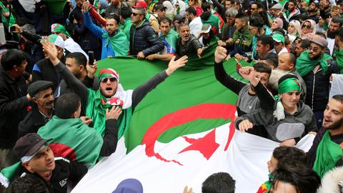 Huge demonstrations as Algerians urge Bouteflika allies to quit too