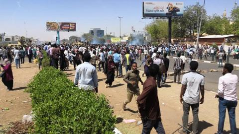 Thousands of Sudanese press on with rally outside army HQ