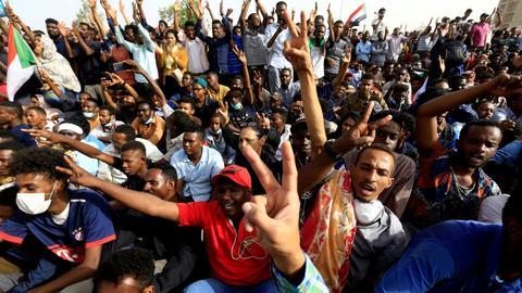 Sudan army topples veteran leader Omar al Bashir