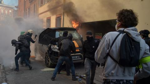 Clashes erupt in Yellow Vest protests as Macron prepares policy moves