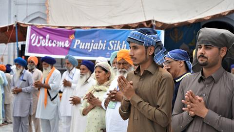 Despite border tensions, Indian Sikhs celebrate festival in Pakistan
