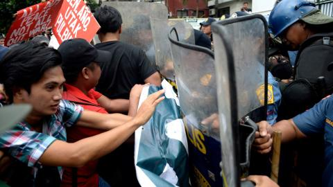 Protesters clash with police in Philippines