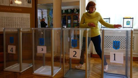 Comedian appears set to take presidency in Ukraine vote