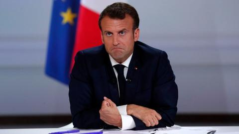 Why are French ministers resigning en masse?
