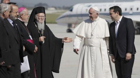 Pope returns to Vatican with 12 refugees from Lesbos