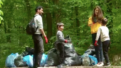 Volunteers collect garbage in Istanbul to raise climate awareness