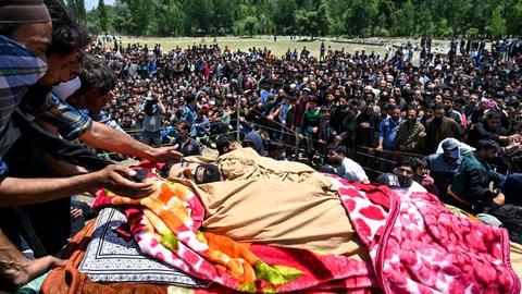 Indian troops kill police deserters, rebels in Kashmir fighting