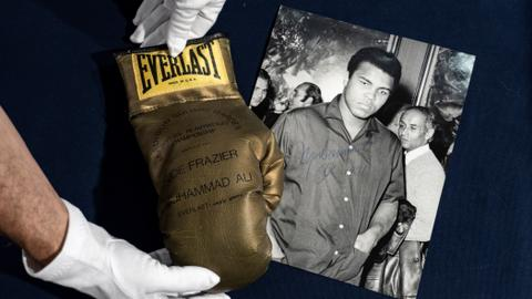 Muhammad Ali's autographed gold glove fails to sell at Turin auction