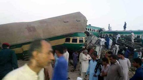 Death toll rises in Pakistan train accident