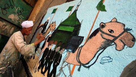 Egyptian artist paints murals to celebrate Hajj