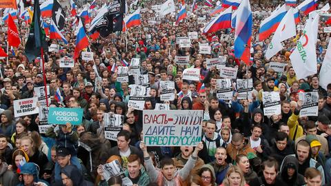 Tens of thousands join Moscow opposition rally after crackdown