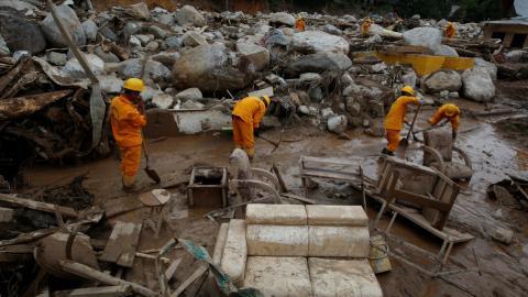 Hundreds dead in Colombia floods & landslides