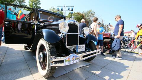 Vintage car rally marks Baltics human chain anniversary