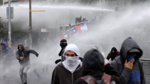 Thousands march in Chile protest after summit cancellations