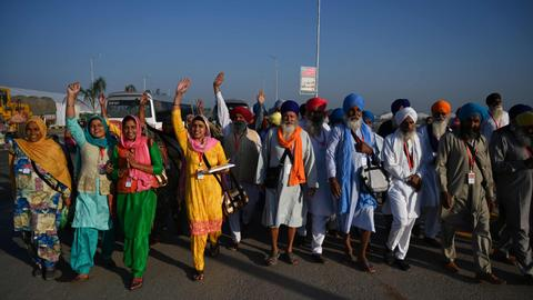 Hundreds of Indian Sikhs begin historic crossing into Pakistan
