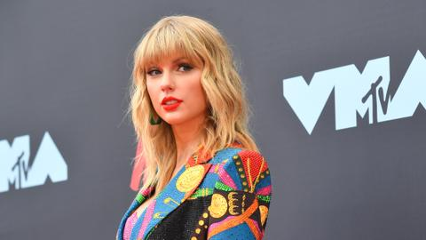 Ex-label says Taylor Swift can sing her old hits at awards show