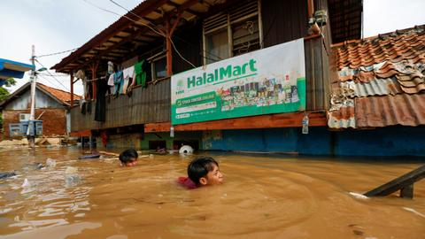 Jakarta flooding deaths rise to 53, nearly 175,000 displaced