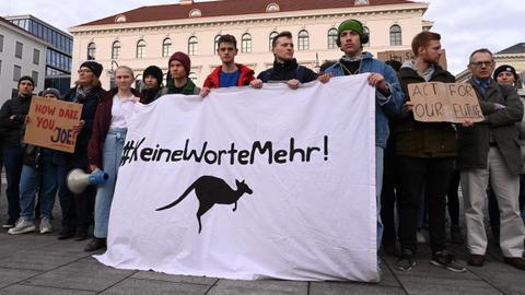 Protests as Siemens backs Australia coal mine project