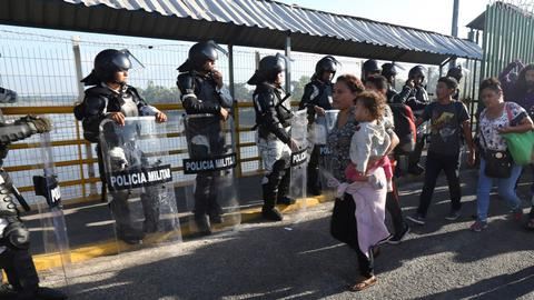 Mexican troops block US-bound caravan travellers