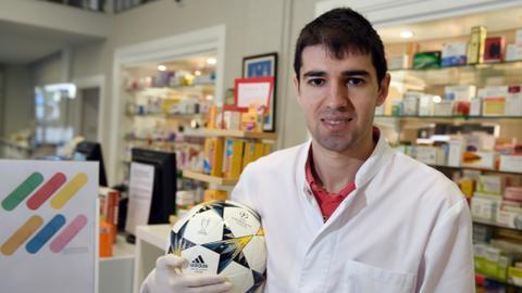 Former Liga winger dons white coat to take on coronavirus