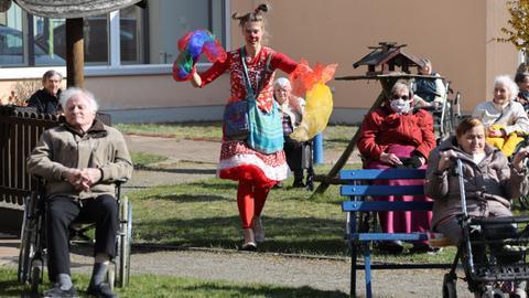 Clowns entertain German seniors in isolation
