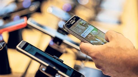 EU scraps mobile roaming charges