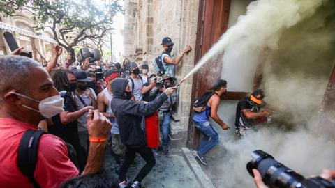 Mexicans protesters clash with police after man dies in custody