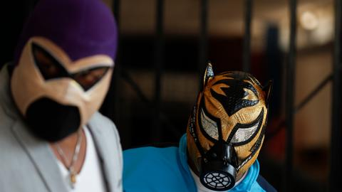Pandemic pushes Mexico's 'lucha libre' wrestlers outdoors and online