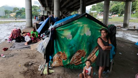 Hundreds of thousands at Honduras' shelters after hurricanes