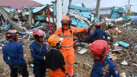 Indonesia finds more bodies as death toll from quake rises to 73