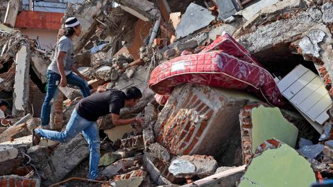Indonesia quake death toll climbs as weary medics soldier on
