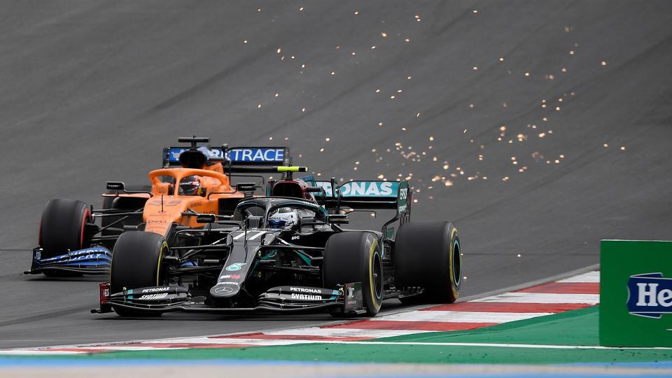 No domingo, 25 de outubro de 2020, durante o Grande Prêmio de Portugal de Fórmula 1 no Circuito Internacional de Alcorve, em Portima, Portugal, o piloto da Mercedes Valteri Botas da Finlândia é seguido pelo piloto da McLaren Carlos Science da Espanha.