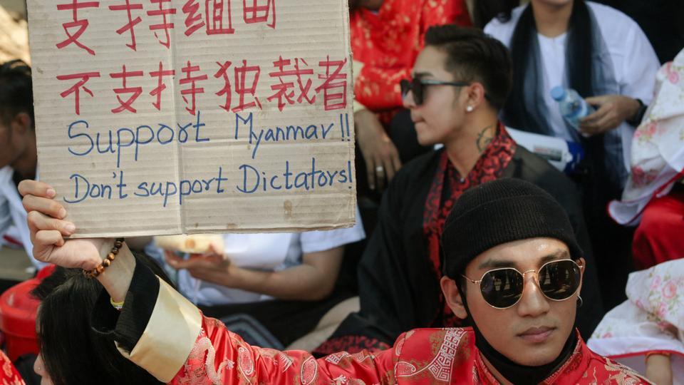 En esta foto del 11 de febrero de 2021, el modelo, actor y cantante Paing Takhon sostiene un cartel durante una manifestación contra el golpe militar frente a la embajada china en Yangon.