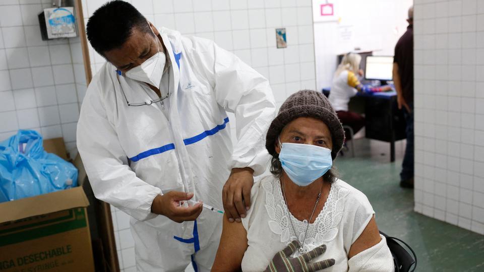 Em 9 de abril de 2021, um profissional de saúde administrou a vacina Sputnik V contra Kovit-19 a uma mulher idosa no Hospital Victorino Chandella em Los Texas, Venezuela.