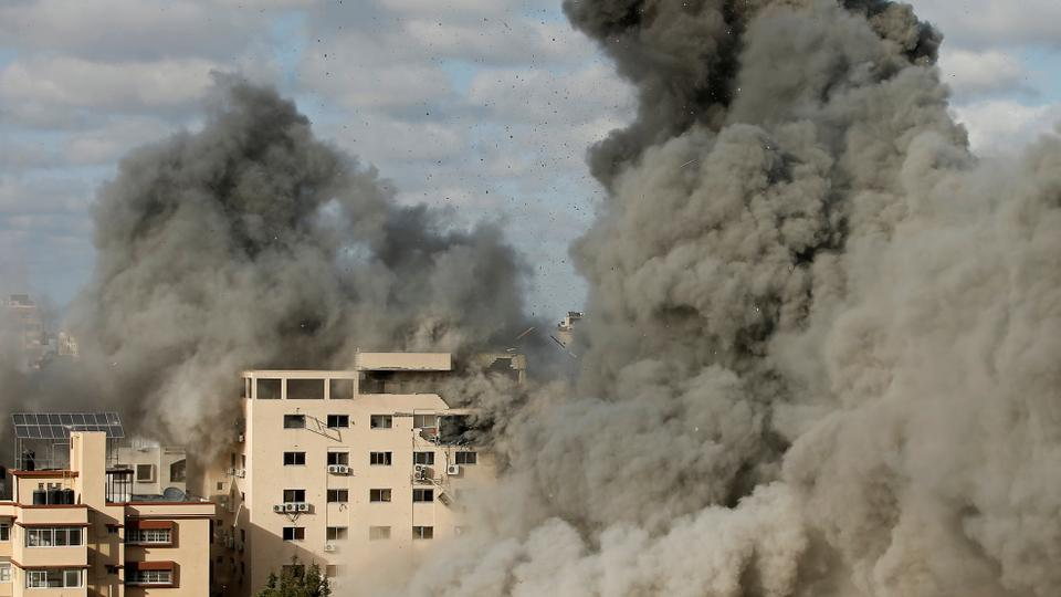 Nach einem israelischen Luftangriff auf das belagerte Gazastreifen am 17. Mai 2021 steigt der Rauch auf.