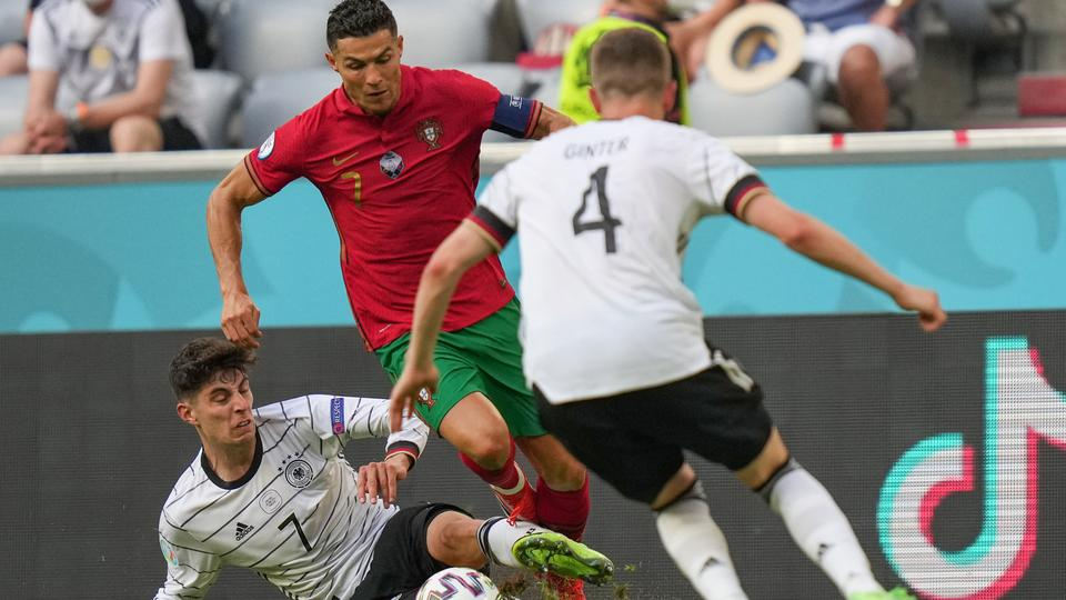 L'attaquant allemand Guy Howard (à gauche) abuse de l'attaquant portugais Cristiano Ronaldo (au centre) lors du match de football du groupe F de l'UEFA Euro 2020 entre le Portugal et l'Allemagne le 19 juin 2021 au stade Alliance de Munich.  Matthias Schrader / Piscine