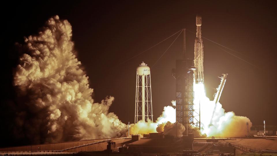 Un razzo pesante SpaceX Falcon decolla dalla piattaforma 39A del Kennedy Space Center di Cape Canaveral, in Florida, il 25 giugno 2019.