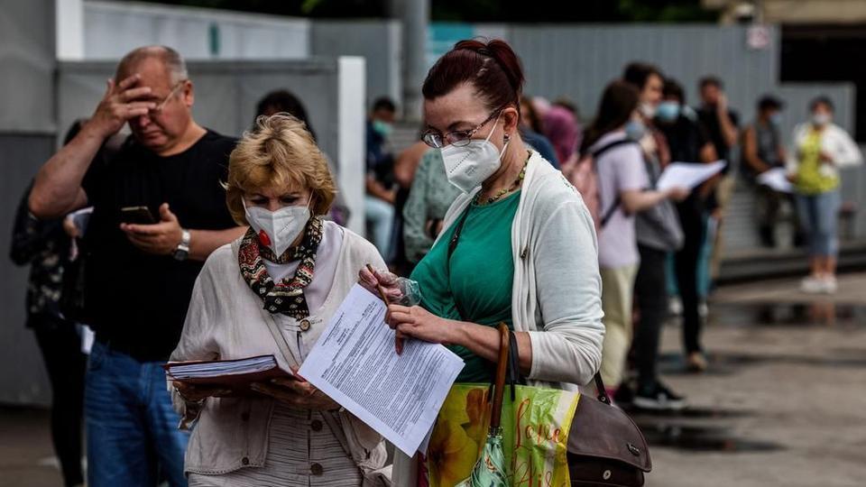 Российские власти обвинили распространение очень заразного дельта-варианта в третьей волне коронавируса.