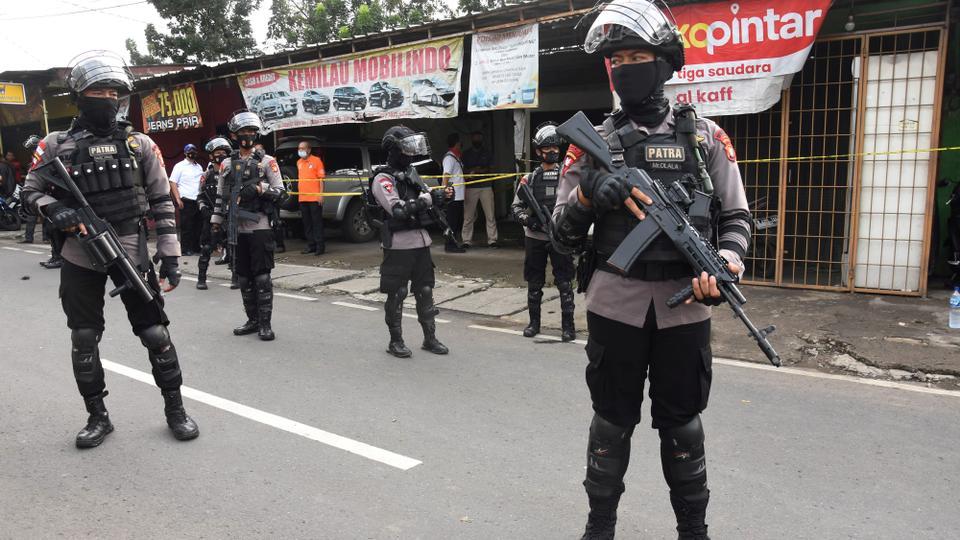 En esta fotografía de archivo del 29 de marzo de 2021, agentes de policía armados montan guardia frente a una casa de presuntos militantes durante una redada en Yakarta, Indonesia.