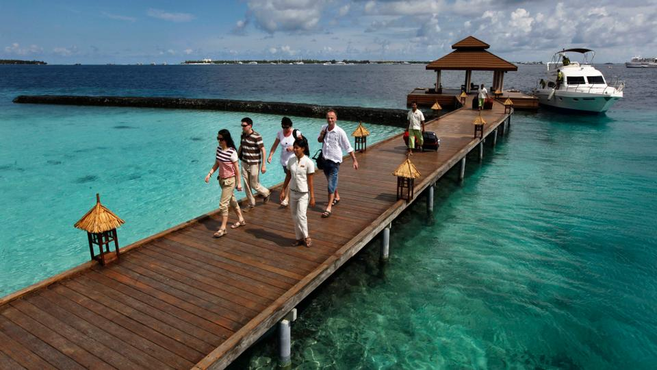 Foreign tourists arrive in a resort in the Kurumba island in Maldives, February,12, 2012 (AP File Photo)