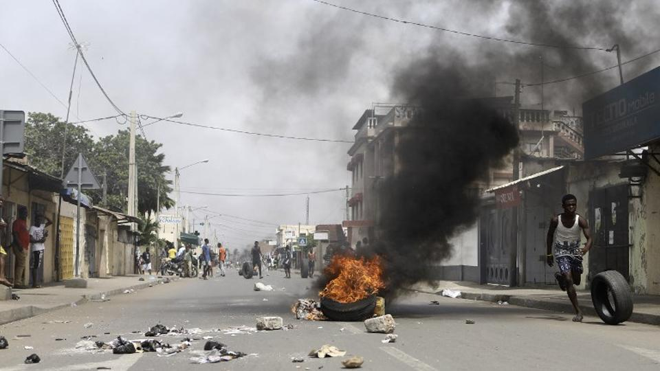 Protesters erected makeshift barricades and blocked roads in Togo's capital Lome and some other cities on October 18, 2017.  (Photo AFP)