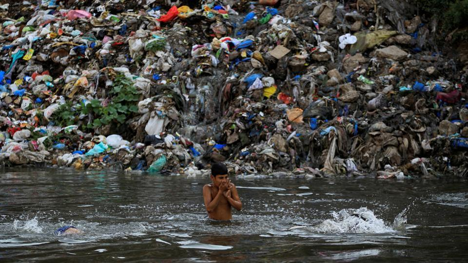 plastic pollution in water essay Essay # 4 water pollution: a pure water does not occur in nature physical pollutants contain heat and radioactive substances d even after treatment properly, water pollution still occurs due to corrosion of pipelines, leaky joints, and cross-connections between water supply pipes and sewage.