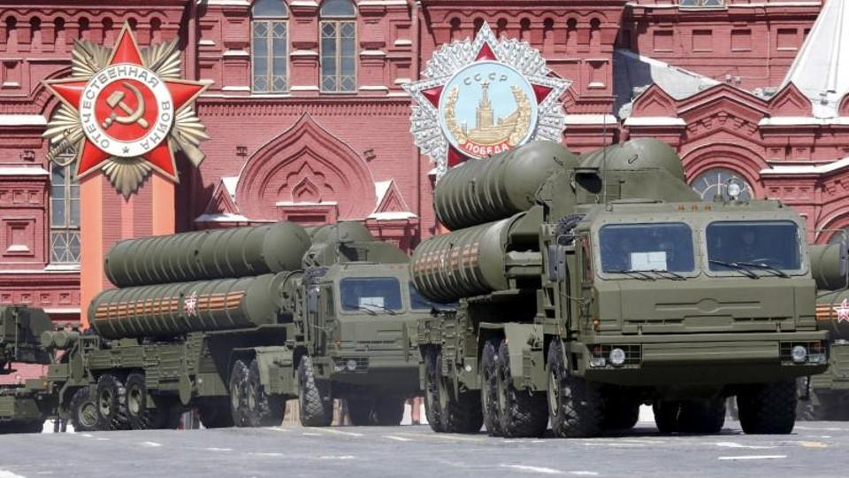 Russian S-400 air defence mobile missile launching systems drive during a rehearsal for the Victory Day parade in Red Square in central Moscow, Russia, May 7, 2015.