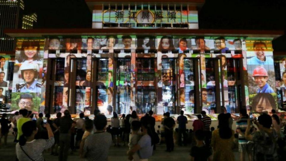 People watch a light show for 30 day countdown of the upcoming G20 Summit in Hangzhou, Zhejiang Province, China, August 5, 2016. Picture taken August 5, 2016. Image: Reuters.