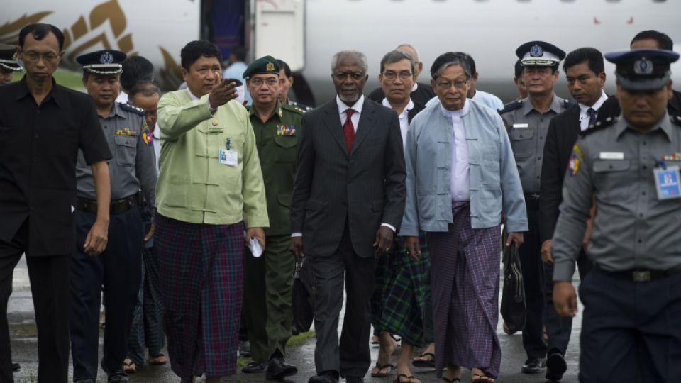 Former UN secretary general Kofi Annan (C) is escorted by military, police and local officials upon his arrival in Sittwe on September 6, 2016.