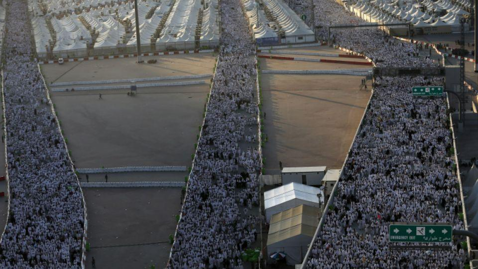 """Muslim pilgrims arrive to throw pebbles at pillars during the """"Jamarat"""" ritual, the stoning of Satan, in Mina near the holy city of Mecca, on September 12, 2016."""