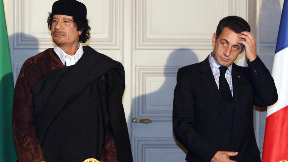 Libyan leader Col. Muammar Gaddafi, left, and French President Nicolas Sarkozy, pose during a signing ceremony at the Elysee Palace in Paris, December 10, 2007. (File photo)