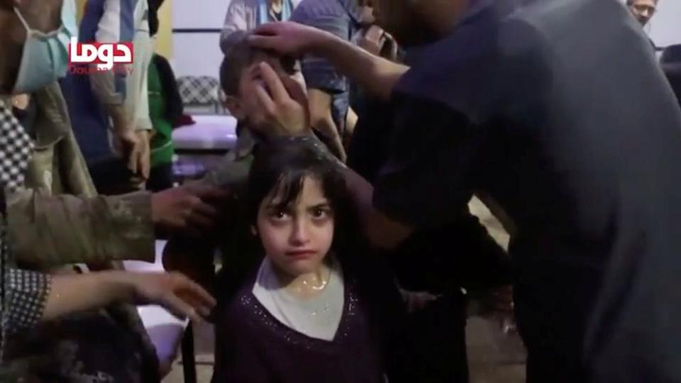 Uma menina olha após o ataque alegado de armas químicas, no que é dito ser Douma, Síria nesta imagem estática do vídeo obtido pela Reuters em 8 de abril de 2018.